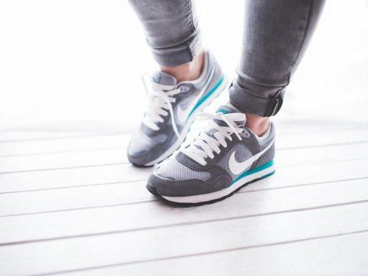 Kvinna med träningsskor