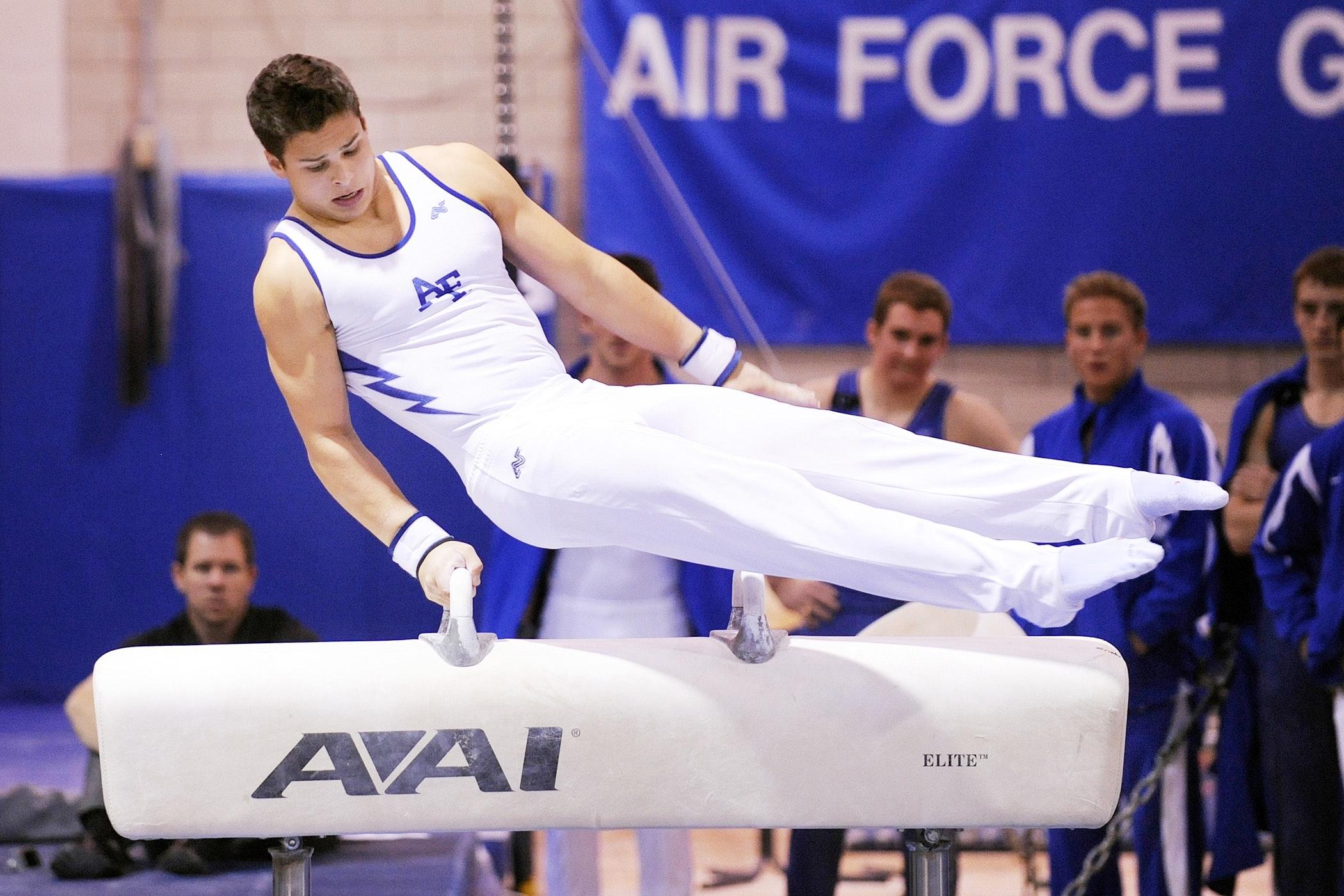 Man tränar gymnastik