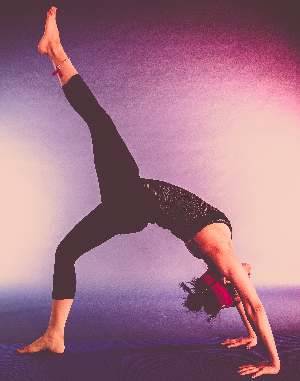 Kvinna stretchar kroppen
